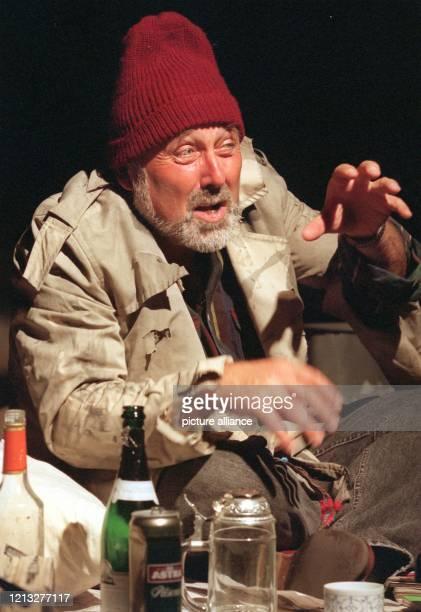 Als Penner Robert zeigt sich Hans Scheibner bei einer Probe am 2681997 im Hamburger Theater im Zimmer Der bekannte Kabarettist steht vom 288 bis zum...