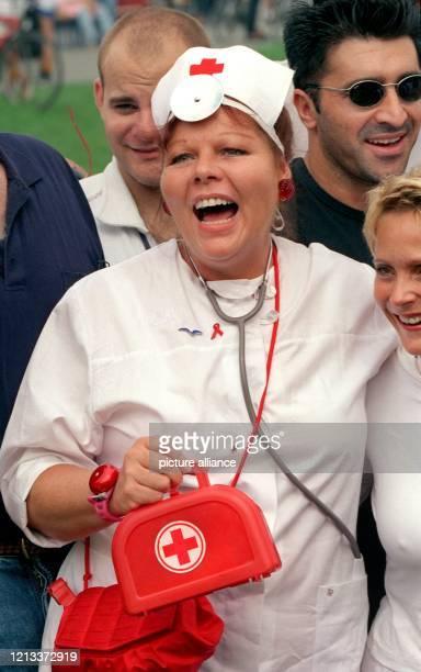 """Als """"Sanitäter"""" für alle Fälle steht Schauspielerin Samy Orfgen am 4.9.1999 beim Fußballturnier um den """"Deutschen Medien Cup"""" in Köln am..."""