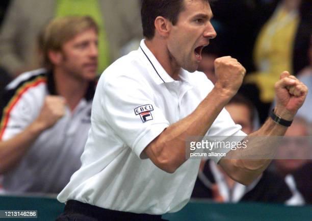 Als Teamkapitän bzw Teamchef der deutschen DaviscupMannschaft jubeln CarlUwe Steeb und Boris Becker am 241999 über den Sieg ihres Schützlings Thomas...