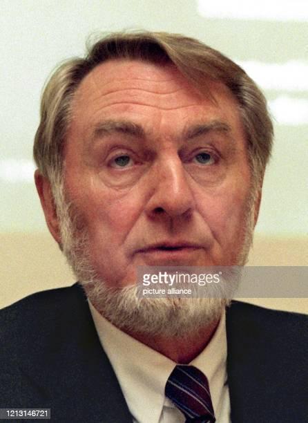 Als Vorstandsvorsitzender des Entsorgungsunternehmen Interseroh AG, erläutert Klaus Matthiesen, am 8.12.1998 in Düsseldorf auf einer Pressekonferenz...