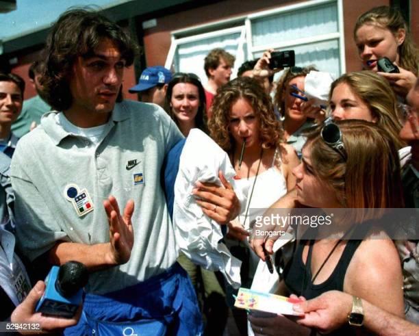 Alsager Paolo MALDINI/Italien mit Teenies/Autogrammjaegern