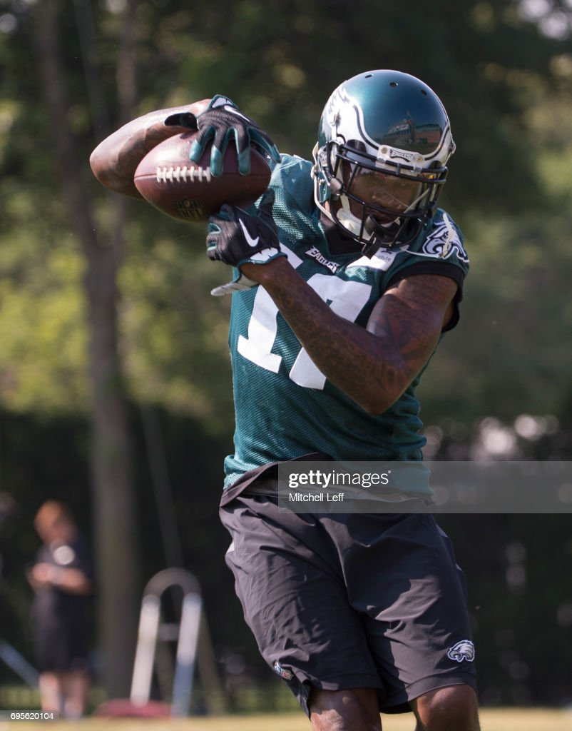 Alshon Jeffery #17of the Philadelphia Eagles catches the ball during mandatory minicamp at the NovaCare Complex on June 13, 2017 in Philadelphia, Pennsylvania.