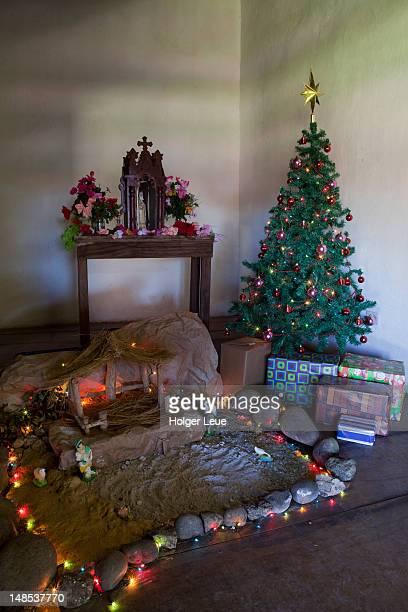 altar and christmas tree in historical museum at la casona. - parque nacional de santa rosa fotografías e imágenes de stock