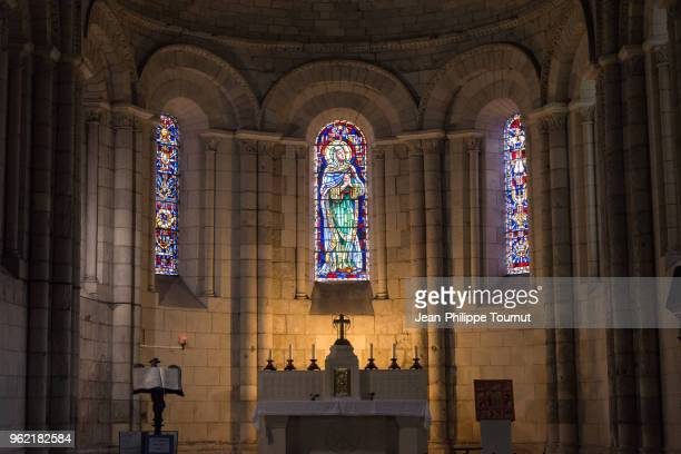 altar and stained glass windowss in the abbey of sainte-marie-des-dames in saintes, france - katholicisme stockfoto's en -beelden