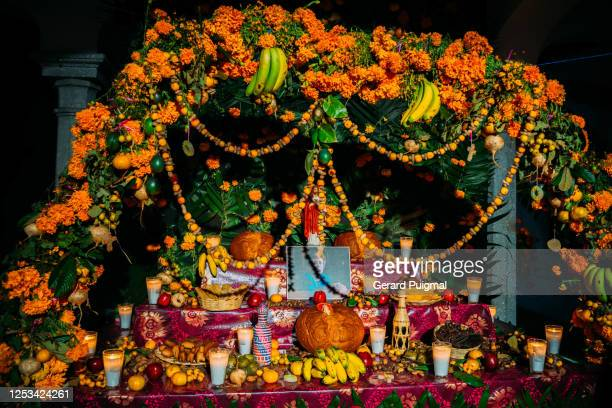 altar decorated with the favourite foods and beverages of the deceased in oaxaca during day of the dead - pan de muerto fotografías e imágenes de stock