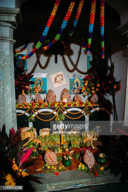"""altar decorated with the favourite foods and beverages of the deceased in oaxaca during day of the dead - """"gerard puigmal"""" stock pictures, royalty-free photos & images"""