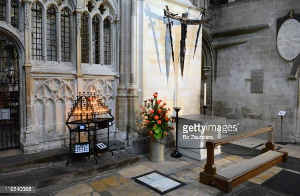 altar marking the spot of thomas becket's martyrdom, in the canterbury cathedral, canterbury, kent, uk - bo zaunders stock pictures, royalty-free photos & images