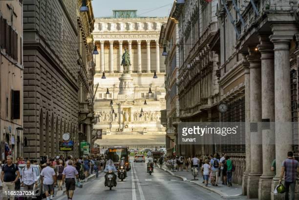 altare della patria from via del corso street, rome, italy - antica roma foto e immagini stock