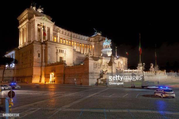 altare della patria en la noche en roma - gwengoat fotografías e imágenes de stock
