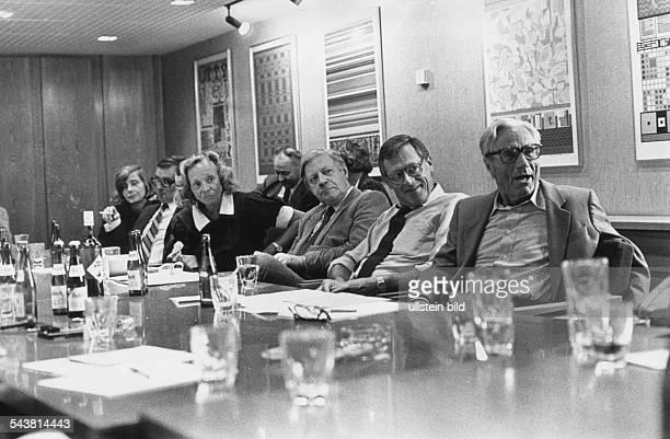 """Alt-Bundeskanzler Helmut Schmidt, Herausgeber der Wochenzeitung """"Die Zeit"""", während einer Konferenz. V.l.n.r.: Marion Gräfin Dönhoff, Helmut Schmidt,..."""