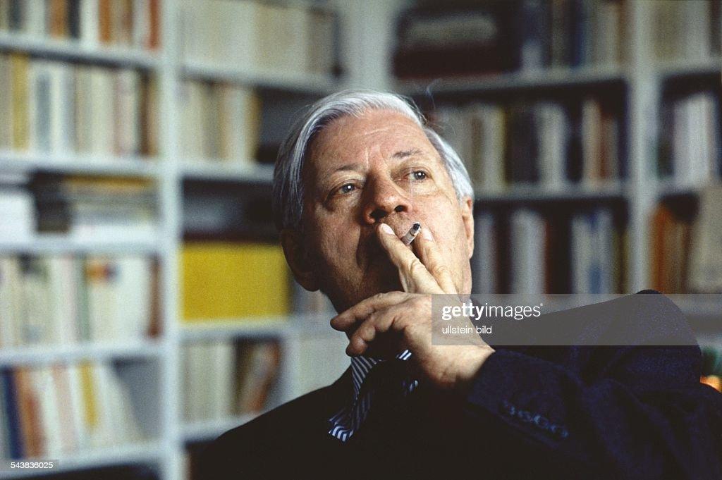 Alt-Bundeskanzler Helmut Schmidt, Herausgeber der Wochenzeitung 'Die Zeit', raucht eine Zigarette. .