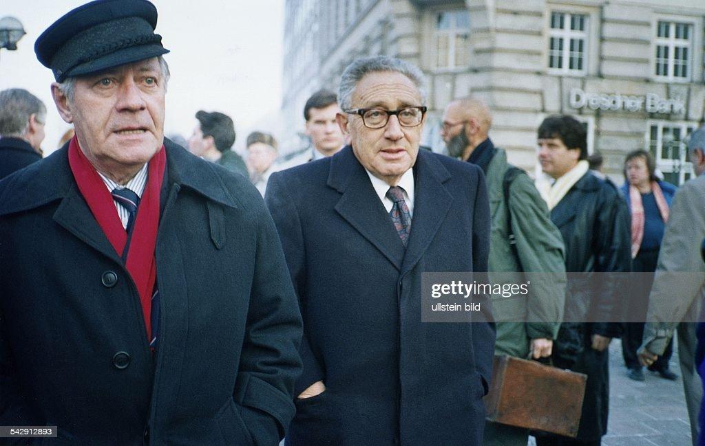 Alt-Bundeskanzler Helmut Schmidt (li.) und Henry Kissinger auf dem Weg zur 80. Geburtstagsfeier von Marion Gr?fin D?nhoff. Aufgenommen Dezember 1989.