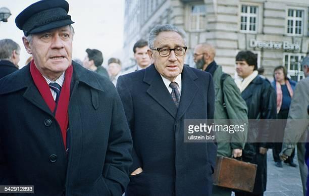 Alt-Bundeskanzler Helmut Schmidt und Henry Kissinger auf dem Weg zur 80. Geburtstagsfeier von Marion Gr?fin D?nhoff. Aufgenommen Dezember 1989.
