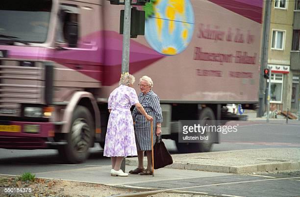 Alte Damen unterhalten sich an einer Kreuzung in Berlin-Mitte