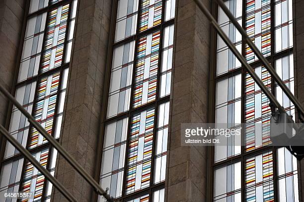 Alte Messehalle am Berliner Palais am Funkturm mit Glas, Marmorverblendungen und farbigen Ornamenten.