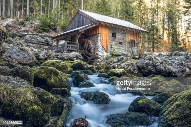 alte wassermühle in golling österreich - mulino ad acqua foto e immagini stock