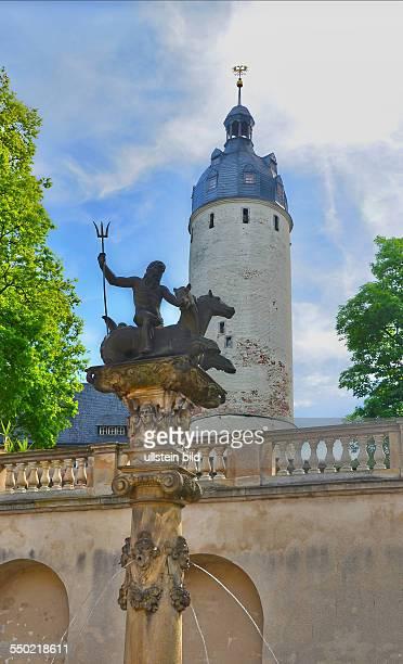 Altenburg Schloss Neptunsaeule von 1602 in der Rossschwemme in der Mitte des Hofes und 32m hoher Hausmannsturm