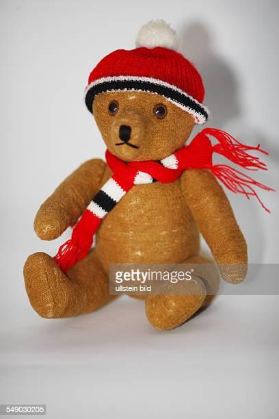 Alter Teddybaer der Deutschen Marke Clemens mit Mütze und Schal