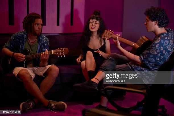 banda alternativa ensaiando música e tocando instrumentos em estúdio de música - compositor de música - fotografias e filmes do acervo