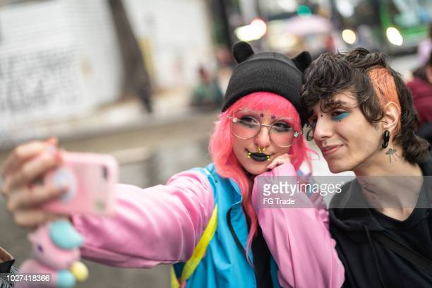 alternative lifestyle young friends taking a selfie - emo imagens e fotografias de stock