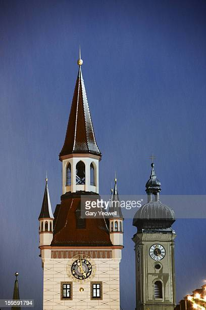 altes rathaus in the snow at dusk, munich - yeowell foto e immagini stock
