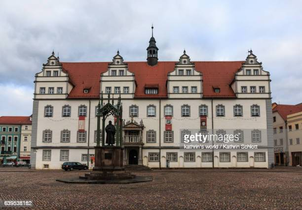 altes rathaus mit luther-denkmal, lutherstadt-wittenberg - saxony anhalt stock pictures, royalty-free photos & images