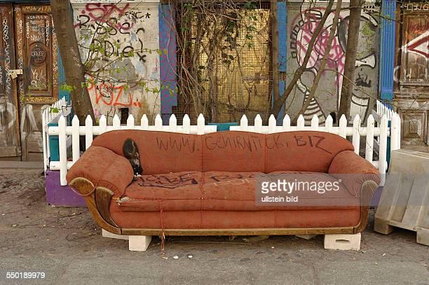 Altes Sofa vor einem besetzten Haus in der Kastanienallee in Berlin-Prenzlauer Berg