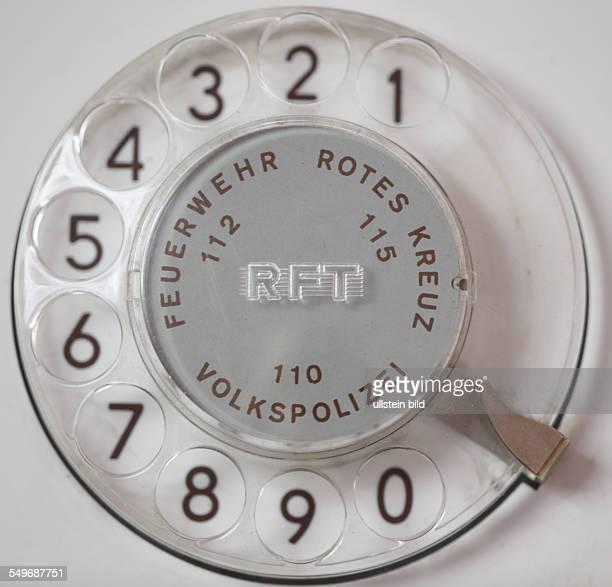 Altes Telefon mit Waehlscheibe aus der DDR Notrufnummern Feuerwehr Volkspolizei Rotes Kreuz