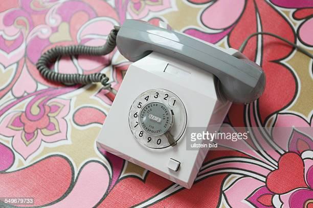 Altes Telefon mit Waehlscheibe aus der DDR