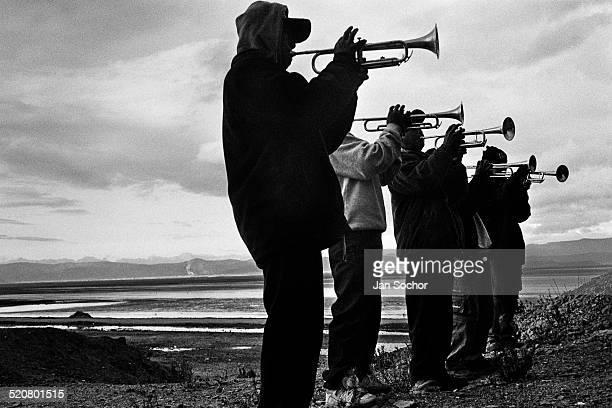 altiplano trumpet players - bolivia fotografías e imágenes de stock
