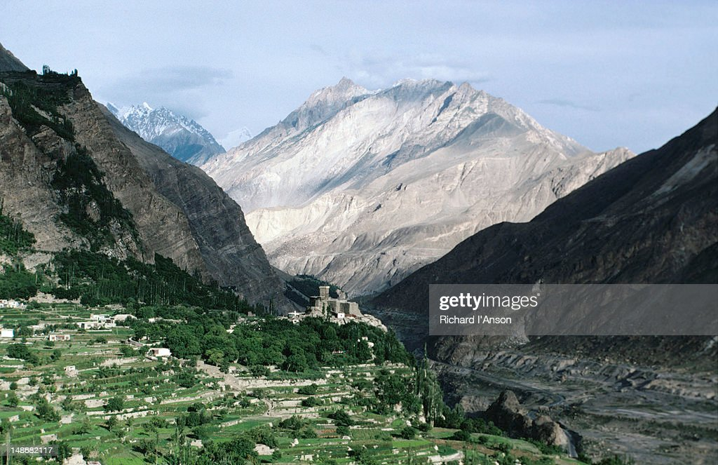 Altit Fort situated on a spur above Altit village in the Hunza Valley : Foto de stock