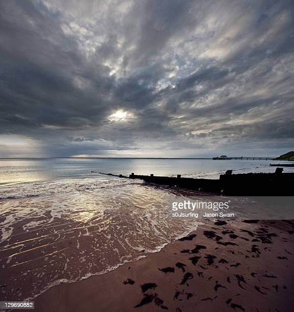 altocumulus skies over totland beach - s0ulsurfing stockfoto's en -beelden
