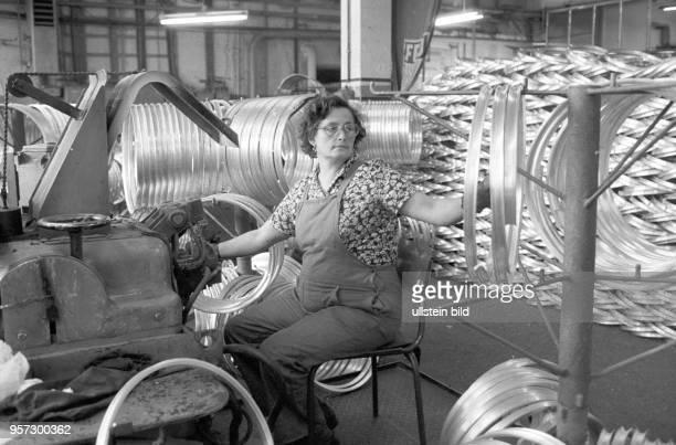 Alufelgen wohin das Auge blickt Eine Arbeiterin betätigt in der Felgenschleiferei des zum Mansfeld Kombinat gehörenden Walzwerkes Hettstedt eine...