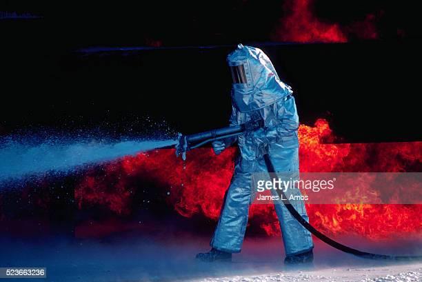 aluminized firefighting suit - roupa a prova de fogo - fotografias e filmes do acervo