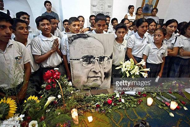 Alumnos del Liceo Juan Gerardi visitan la tumba del obispo el 26 de abril de 2004 en las catacumbas de la Catedral Metropolitana de Ciudad de...