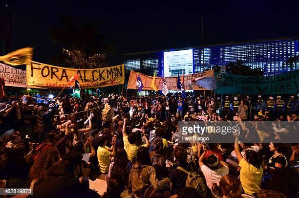 Alunos da USP e UNICAMP protestam em frente da Assembleia Legislativa de São Paulo. | Students from public universities USP and UNICAMP protest in...