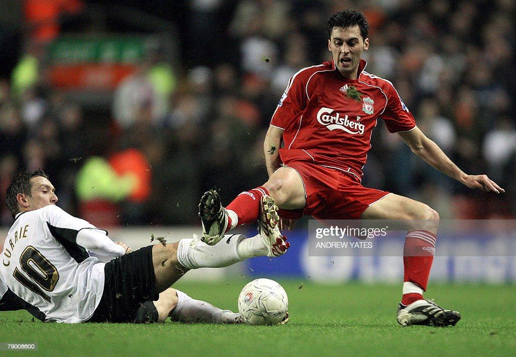 Alvaro Arbeloa (R) of Liverpool vies wit : News Photo