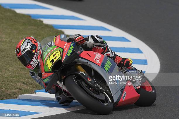 Alvaro Bautista of Spain and Aprilia Racing Team Gresini round sthe bend during the MotoGP of Japan Free Practice at Twin Ring Motegi on October 13...