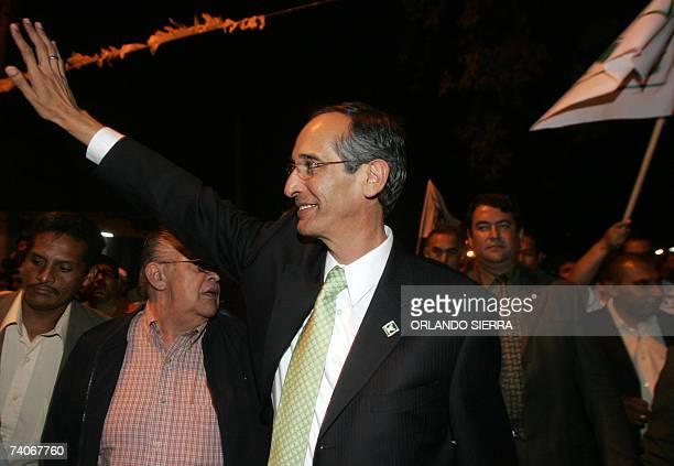 Alvaro Colom candidato presidencial de la Unidad Nacional de la Esperanza saluda a correligionarios al iniciar su campana politica de cara a las...