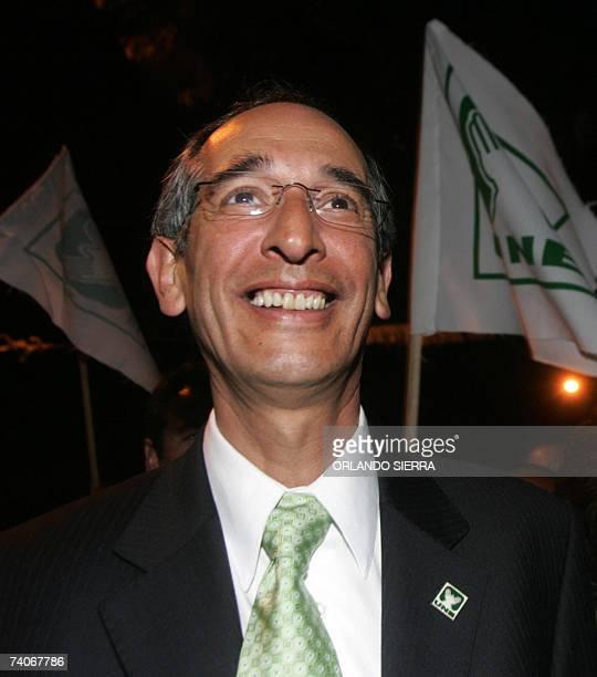 Alvaro Colom candidato presidencial de la Unidad Nacional de la Esperanza sonrie al iniciar su campana politica de cara a las elecciones generales...