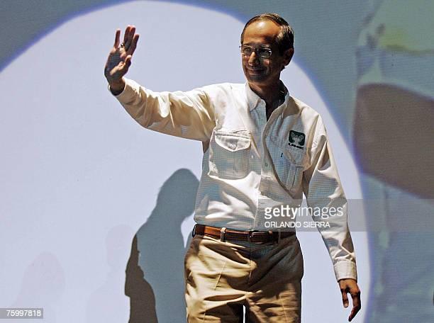 Alvaro Colom candidato presidencial por el Partido Unidad Nacional de la Esperanza saluda a miles de jovenes que participan en la Feria Politica...