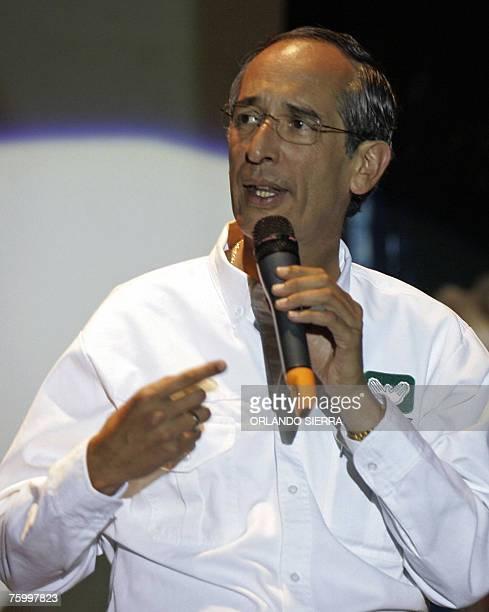 Alvaro Colom candidato presidencial por el Partido Unidad Nacional de la Esperanza se dirige a miles de jovenes que participan en la Feria Politica...