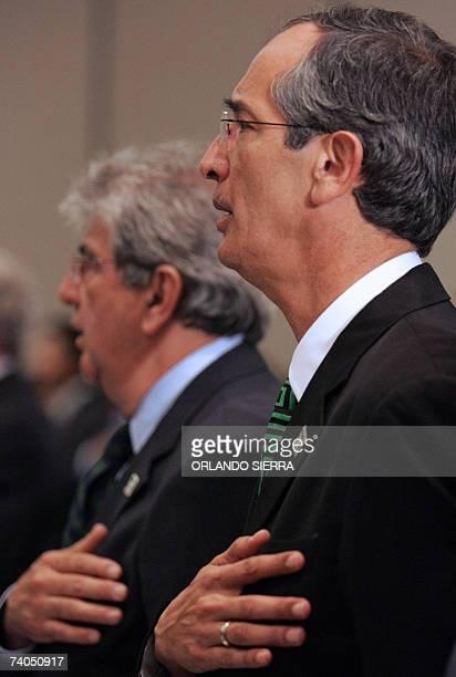 Alvaro Colom candidato presidencial por la Unidad Nacional de la Esperanza y el candidato a vicepresidente Rafael Espada entonan las notas del himno...