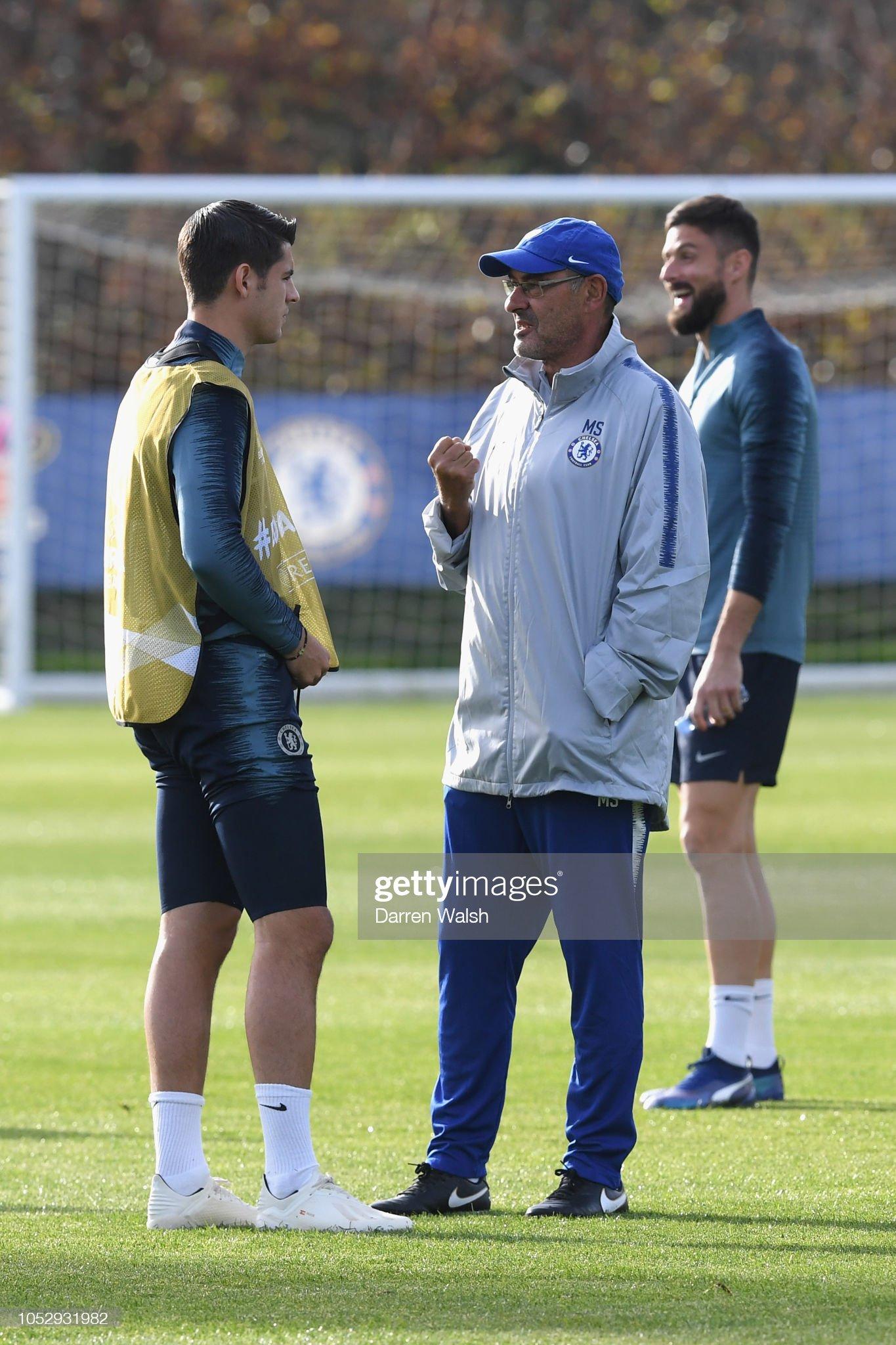¿Cuánto mide Maurizio Sarri? - Altura - Real height Alvaro-morata-and-maurizio-sarri-of-chelsea-talk-during-a-training-picture-id1052931982?s=2048x2048