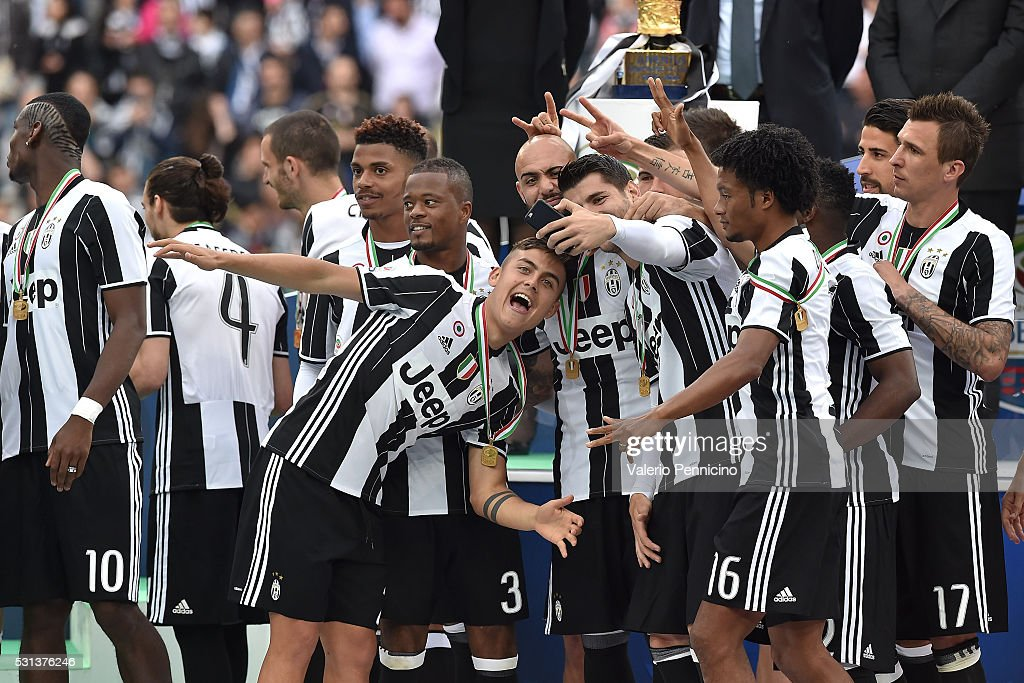 Alvaro Morata (C) of Juventus FC takes a selfie with team mates after the Serie A match between Juventus FC and UC Sampdoria at Juventus Arena on May 14, 2016 in Turin, Italy.
