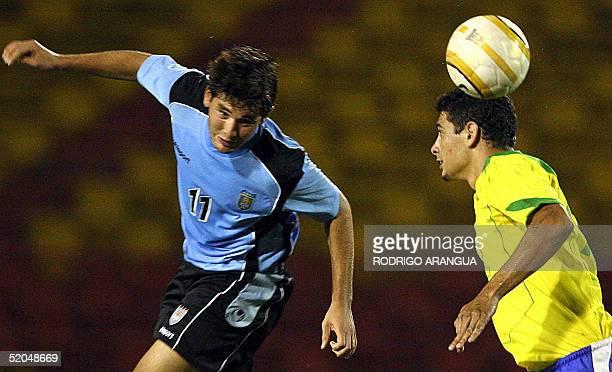 Alvaro Navarro de Uruguay cabecea ante la marca de Diego de Brasil durante el juego por el torneo Sudamericano Sub20 disputado en Pereira a 300 km de...