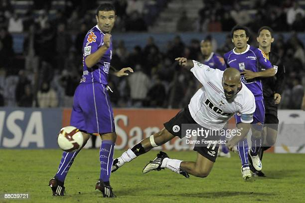 Alvaro Navarro of Uruguay's Defensor vies for the ball with Sebastian Veron of Argentina's Estudiantes during their Libertadores Cup first leg...