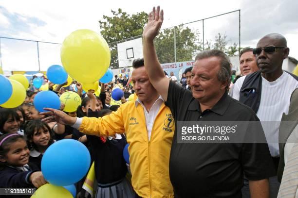 Alvaro Noboa, canditato presidencial por el Partido Renovación Institucional de Acción Nacional saluda a simpatizantes durante una visita a un barrio...