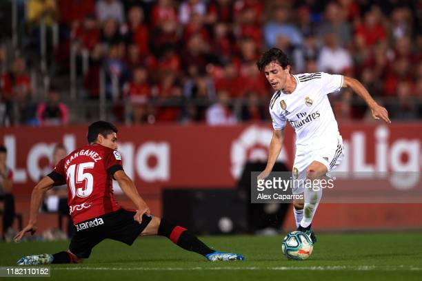 Alvaro Odriozola of Real Madrid CF dribbles Fran Gamez of RCD Mallorca during the La Liga match between RCD Mallorca and Real Madrid CF at Iberostar...