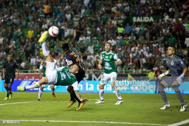 Alvaro Ramos of Leon tries an overhead kick with José Vazquez of Chivas during the 17th round match between Leon and Chivas as part of the Torneo...